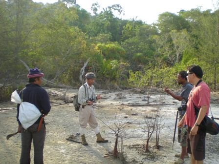 Koh Ra staff learning from the Hornbill expert